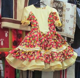 Vestido china amplio ruedo floreado.